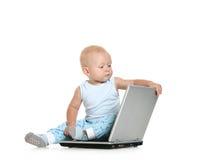 男孩膝上型计算机使用 免版税图库摄影