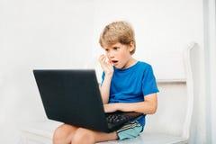男孩膝上型计算机使用 库存图片