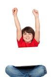 男孩膝上型计算机小坐的赢利地区 免版税库存照片