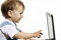 男孩膝上型计算机少许查找的屏幕 库存图片