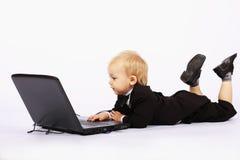 男孩膝上型计算机无尾礼服 库存图片