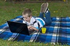 男孩膝上型计算机 免版税图库摄影