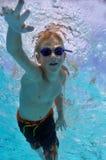 男孩自由式游泳 免版税库存图片