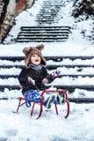 男孩获得乐趣在雪 库存图片