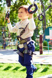 男孩获得乐趣在绳索公园 免版税库存照片