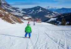 男孩获得在滑雪的一个乐趣 免版税库存图片