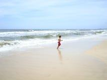男孩获得在bigest和最美丽的海滩的乐趣英属黄金海岸澳大利亚 免版税库存照片