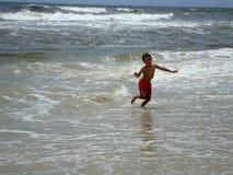 男孩获得在bigest和最美丽的海滩的乐趣英属黄金海岸澳大利亚 库存照片