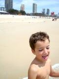 男孩获得在bigest和最美丽的海滩的乐趣英属黄金海岸澳大利亚 库存图片