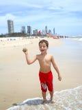 男孩获得在bigest和最美丽的海滩的乐趣英属黄金海岸澳大利亚 图库摄影