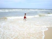 男孩获得在bigest和最美丽的海滩的乐趣英属黄金海岸澳大利亚 免版税图库摄影