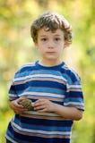 男孩藏品蘑菇 免版税库存照片