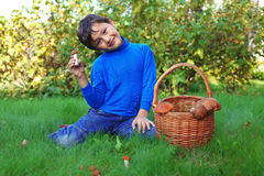 男孩蘑菇摆在 免版税库存照片