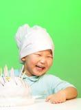 男孩蛋糕煮熟的愉快  免版税图库摄影