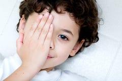 男孩覆盖物眼睛一年轻人 库存照片