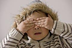 男孩覆盖物眼睛 免版税图库摄影