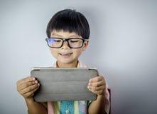 男孩观看在互联网上的淘气内容 免版税库存照片