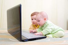 男孩计算机世代女孩膝上型计算机使&# 库存照片