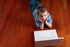 男孩计算机他的 免版税库存照片