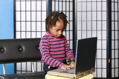 男孩计算机使用的一点 免版税库存照片