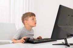 男孩计算机使用 免版税库存照片