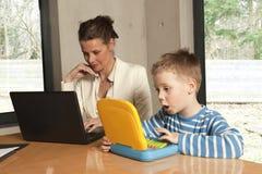 男孩计算机惊奇的他的 免版税库存图片