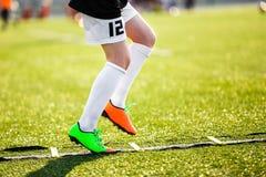 男孩训练的足球运动员与梯子 训练的年轻足球运动员 图库摄影