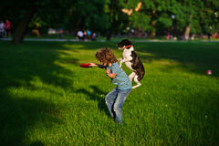 男孩训练狗 库存照片
