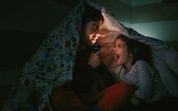男孩讲故事对他的姐妹 免版税库存图片