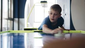男孩设法击中打空气曲棍球的顽童 慢动作图片 股票录像