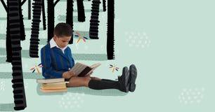 男孩读书在一个拉长的森林里 免版税库存图片