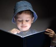 男孩读了书 库存照片