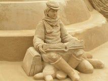 男孩读取沙子 免版税图库摄影