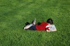 男孩读取 免版税图库摄影