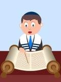 男孩读取torah 免版税库存图片
