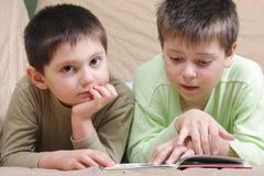 男孩读 免版税库存图片