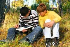 男孩读 免版税图库摄影