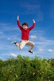 男孩赛跑,跳跃室外 库存图片