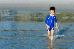 男孩跑到海 库存图片
