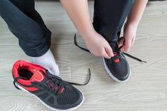 男孩跑鞋鞋带 免版税库存图片