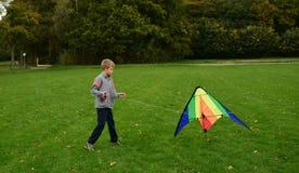 男孩跑风筝 免版税图库摄影