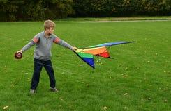 男孩跑风筝 库存图片