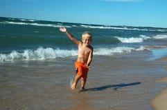 男孩跳接器冲浪者 免版税图库摄影