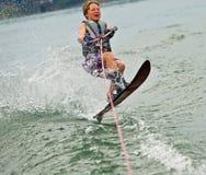 男孩跳的滑雪者障碍滑雪苏醒 免版税库存图片