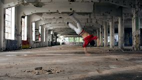 年轻男孩跳舞breakdance在老大厅里 股票视频