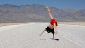男孩跳舞breakdance在著名死亡谷美国 库存图片