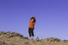 男孩跳跃的海滩 免版税库存照片
