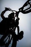 男孩跳跃的自行车对比BMX 3 免版税库存照片