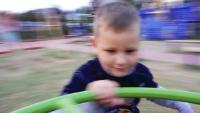 男孩转动在摇摆 影视素材