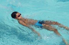 男孩运动员是训练的仰泳为准备以后的每年游泳体育比赛 免版税库存照片